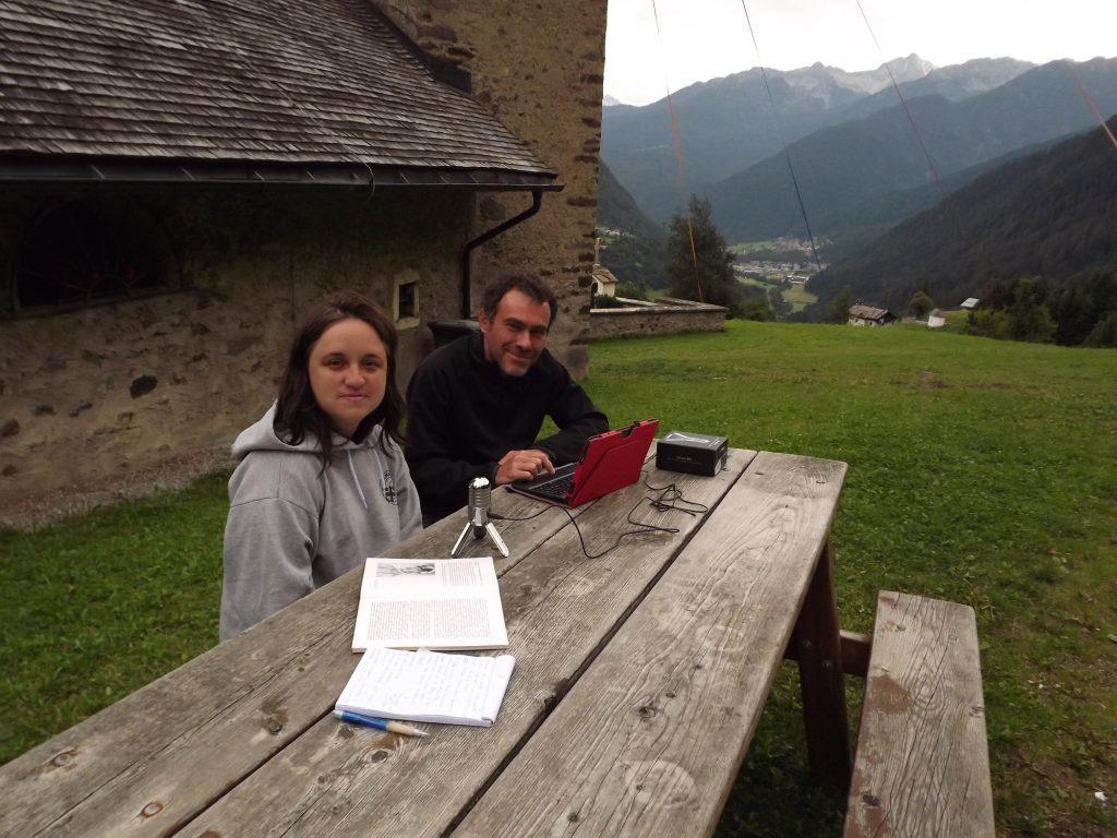 Gli autori del podcast alla chiesa di Santa Lucia di Comasine, Val di Sole