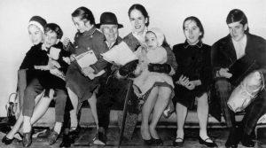 Charlie Chaplin con la moglie Oona ed i figli Geraldine, Eugene, Victoria, Annette, Josephine e Michael nel 1961. Fonte: Wikimedia Commons.