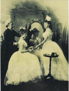 Alix ed Elisabetta si preparano per un ballo.