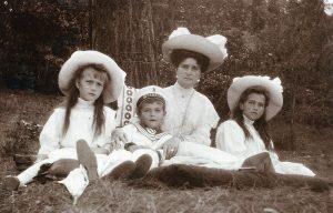 La zarina con i figli Anastasija, Marija e Aleksej, anno 1909